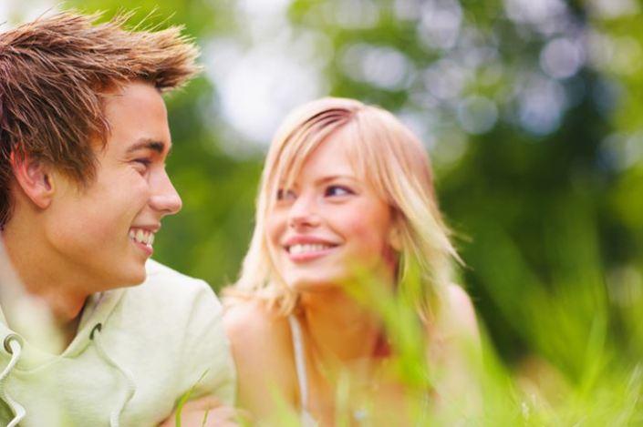 junges-paar-liegt-im-grass-laecheln-fruehling